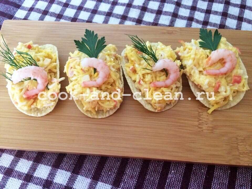 морская закуска на чипсах