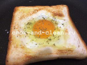 бутерброд с яичницей на сковороде