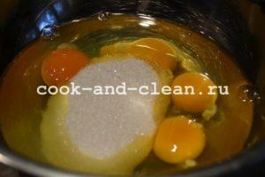 печем шарлотку с яблоками рецепт