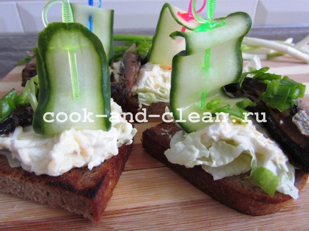 бутерброды со шпротами и хлебом