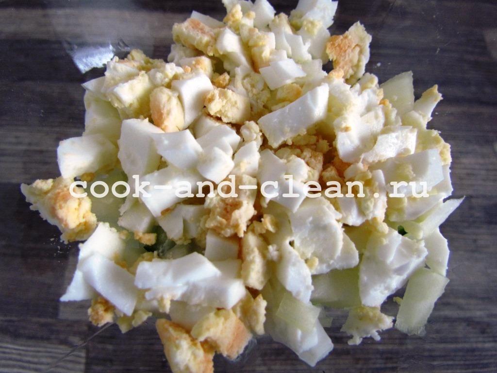вкусный слоеный салат с крабовыми палочками