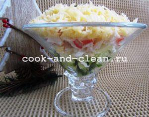 крабовый слоеный салат с огурцами