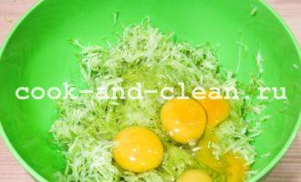 Оладьи из кабачков с крабовым мясом и зеленью с фото