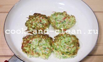 Оладьи из кабачков с крабовым мясом и зеленью