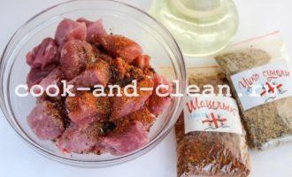 как пожарить мясо на сковороде кусочками