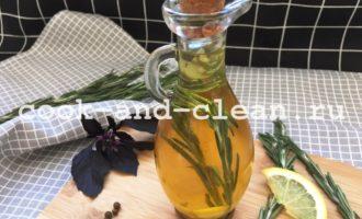 Заливаем оливковое масло и закрываем пробкой или крышкой. Даём заправке для салата из оливкового масла настояться минимум 6 часов.
