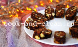 шоколадная колбаска из печенья и какао