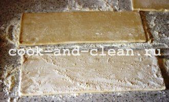 пирог из слоеного теста с сосисками
