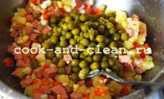 салат оливье с колбасой и солеными