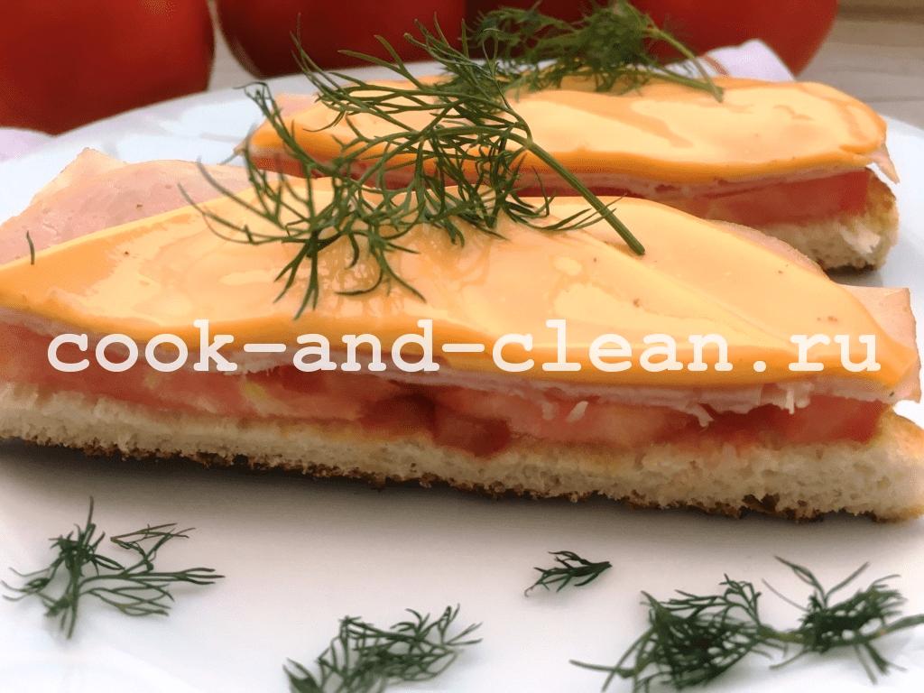 горячие бутерброды с сыром, колбасой и помидорами