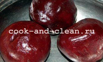салат со свеклой и селедкой и яблоком