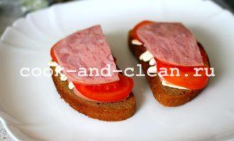 Горячие бутерброды с помидорами и ветчиной