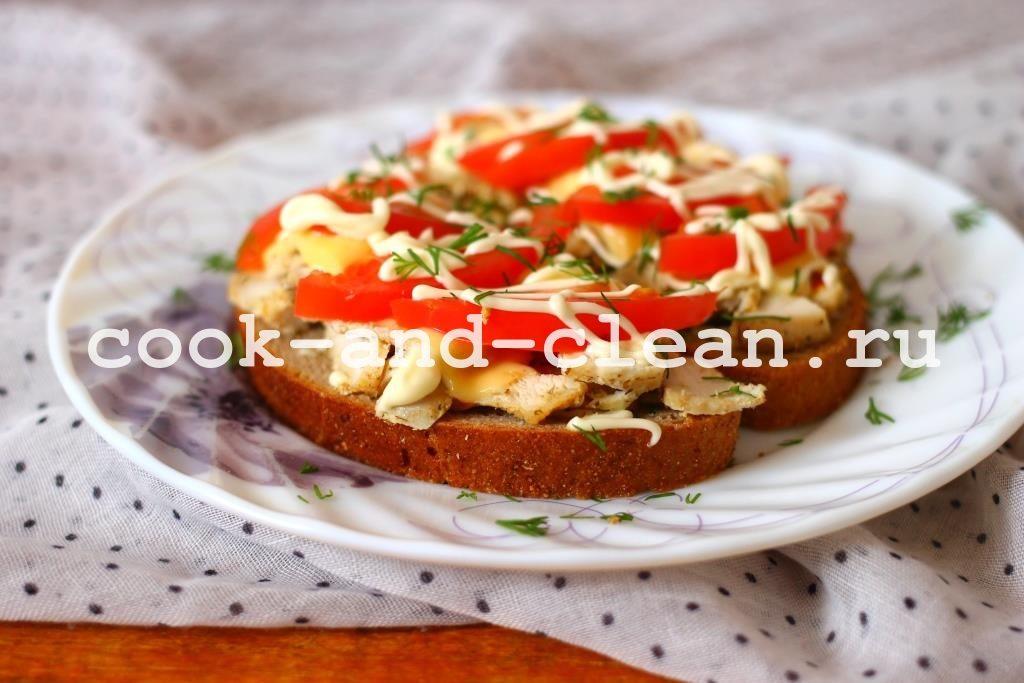 Горячие бутерброды с помидорами и курицей