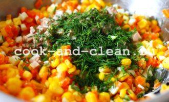 вкусный салат из печени трески и кукурузы
