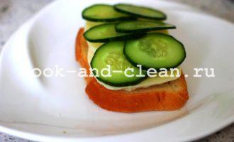 горячие бутерброды с помидорами и моцареллой