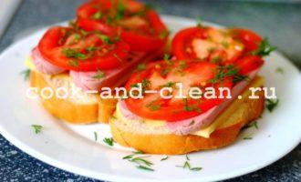 горячие бутерброды с сосисками и помидорами пошагово