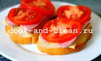 горячие бутерброды с сосисками и помидорами фото