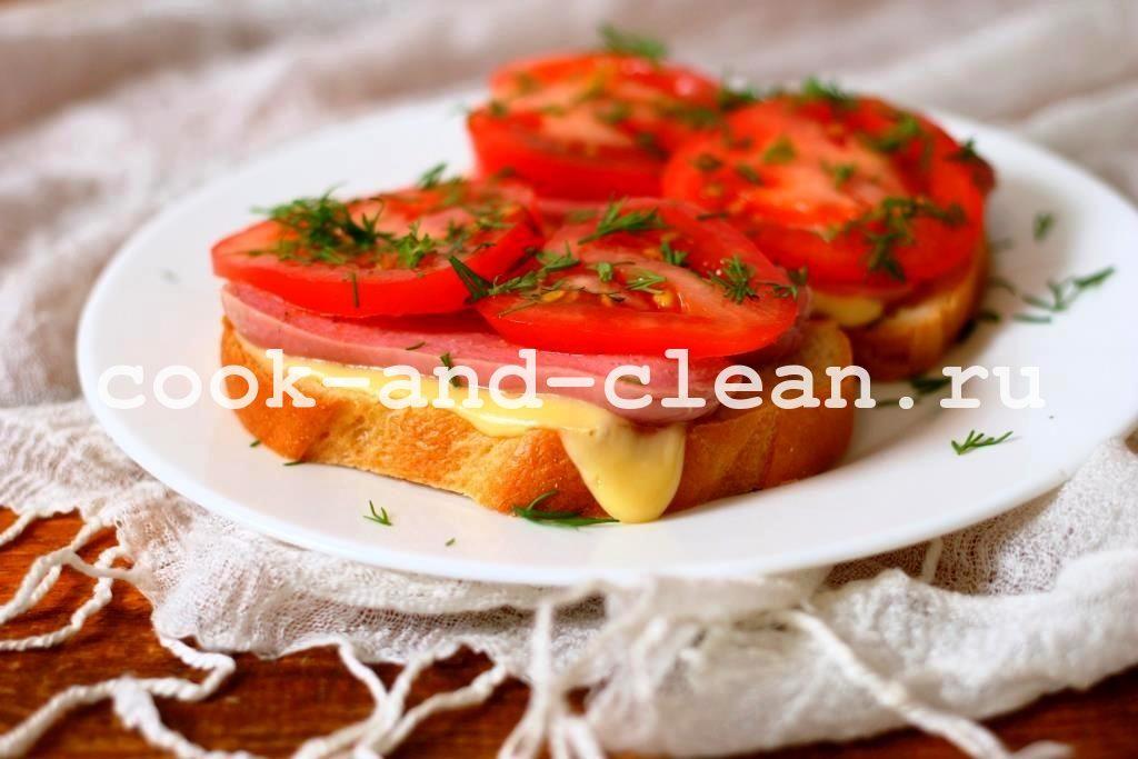 горячие бутерброды с сосисками и помидорами