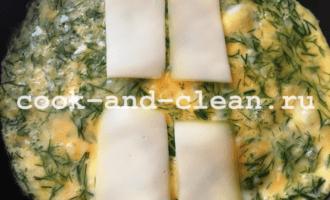 омлет с сыром и зеленью на сковороде