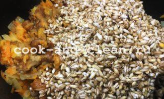 перловка с грибами, луком и морковью с фото