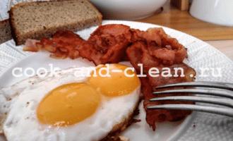 яичница с беконом на сковороде