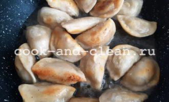 жареные пельмени на сковороде замороженные