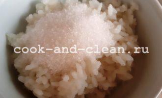 каша рисовая на молоке в кастрюле