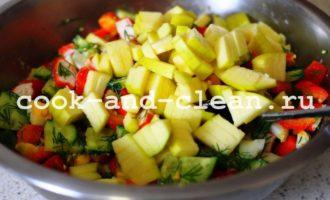 салат с крабовыми палочками и овощами пошагово
