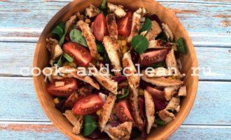 салат с куриным филе и кукурузой пошагово