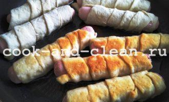 сосиски в тесте на кефире на сковороде пошагово с фото