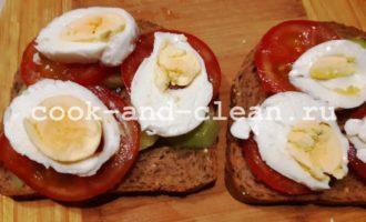 бутерброд с яйцом и овощами