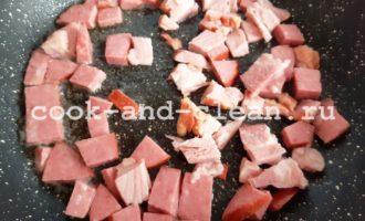 вкусный омлет с помидорами и колбасой