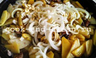 жареха с грибами и картошкой на сковороде