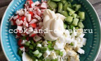 как приготовить салат с крабовыми палочками и огурцом