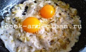 как приготовить яичницу с солеными огурцами