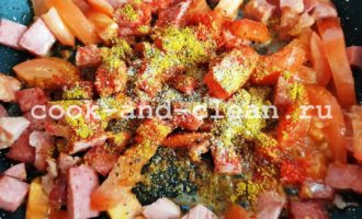 пышный омлет с помидорами и колбасой