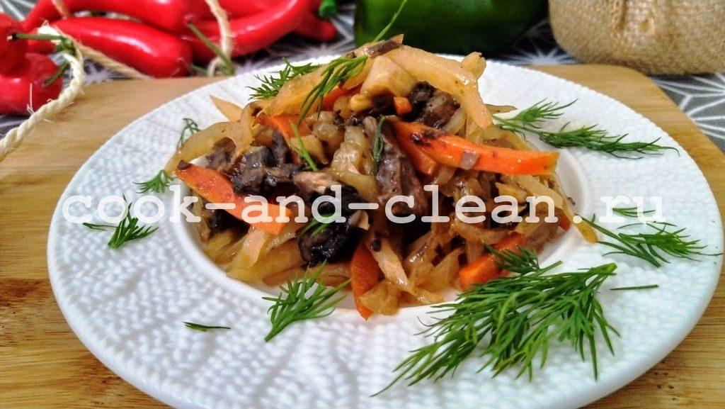 тушеная капуста с грибами на сковороде
