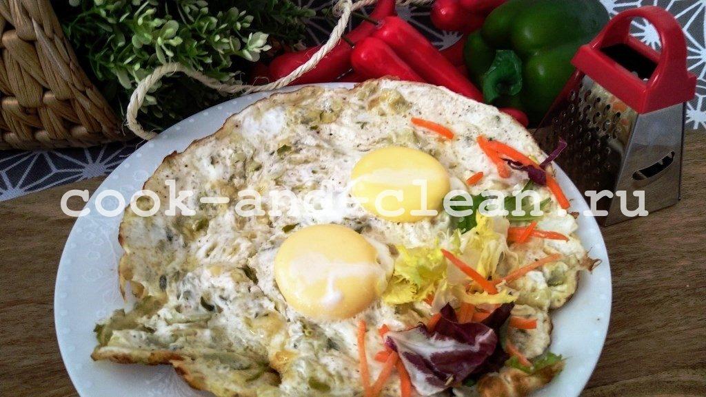 яичница с солеными огурцами
