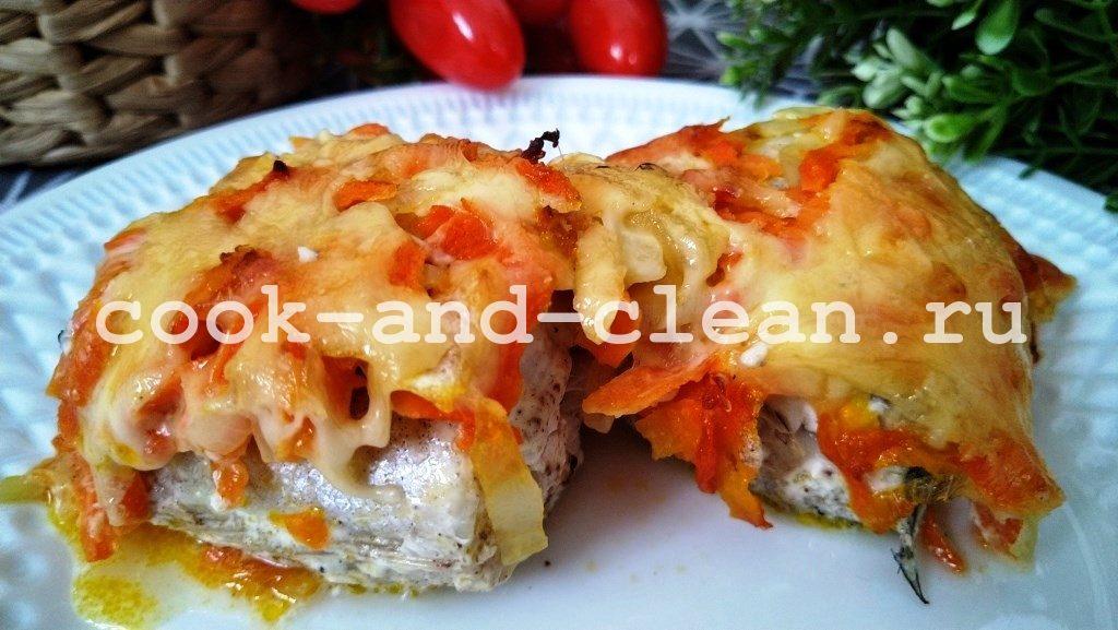 Минтай в духовке с морковью