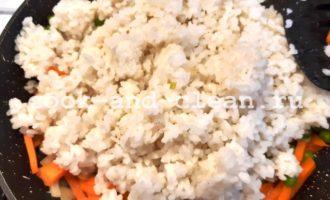 вкусный рис с овощами на сковороде