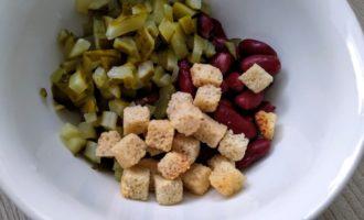 фасолевый салат с сухариками с фото