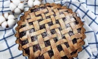 Песочный пирог с ягодами в духовке