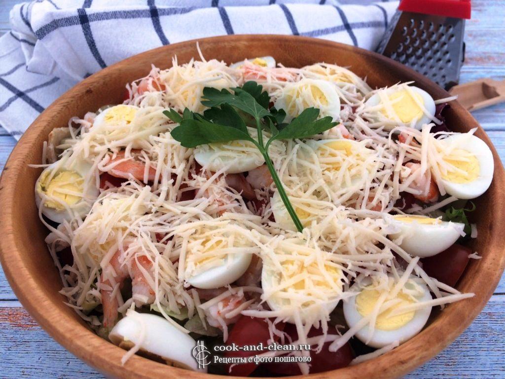 салат с креветками и перепелиными яйцами