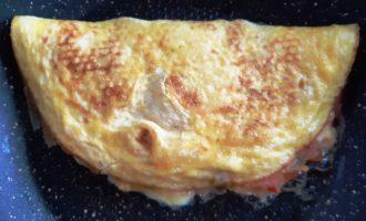 вкусный омлет с начинкой на сковороде