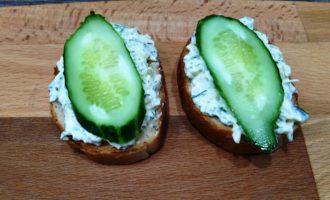 бутерброды со шпротами огурцом и сыром пошагово