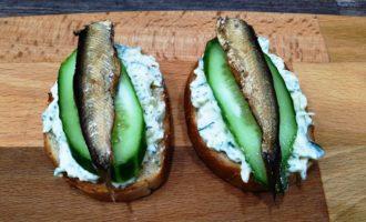 бутерброды со шпротами огурцом и сыром пошаговый