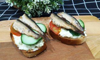 бутерброды со шпротами помидорами и огурцом