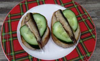 бутерброд со шпротами чесноком и огурцом пошагово