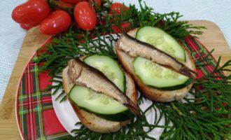 бутерброд со шпротами чесноком и огурцом