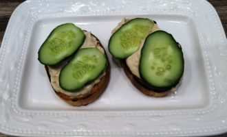 жареные бутерброды со шпротами и огурцом пошагово